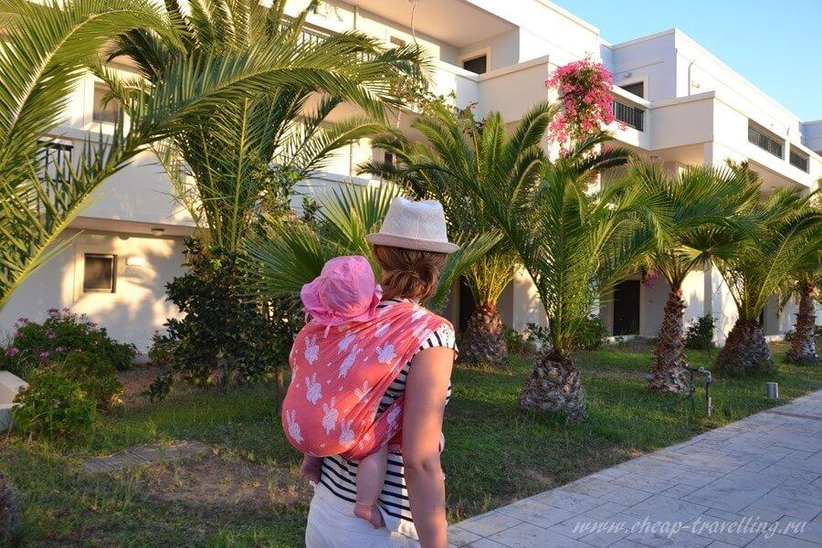 Мама гуляет с грудничком