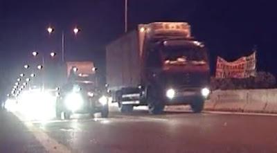 """ΒΙΝΤΕΟ Χαμός στο Μπράλο! Εγκλωβισμένοι οδηγοί πήγαν για """"ντου"""" στους αγρότες! Αναγκάστηκαν να ανοίξουν το δρόμο"""