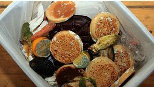 """نصف المواد الغذائية في العالم """"تلقى في القمامة"""""""