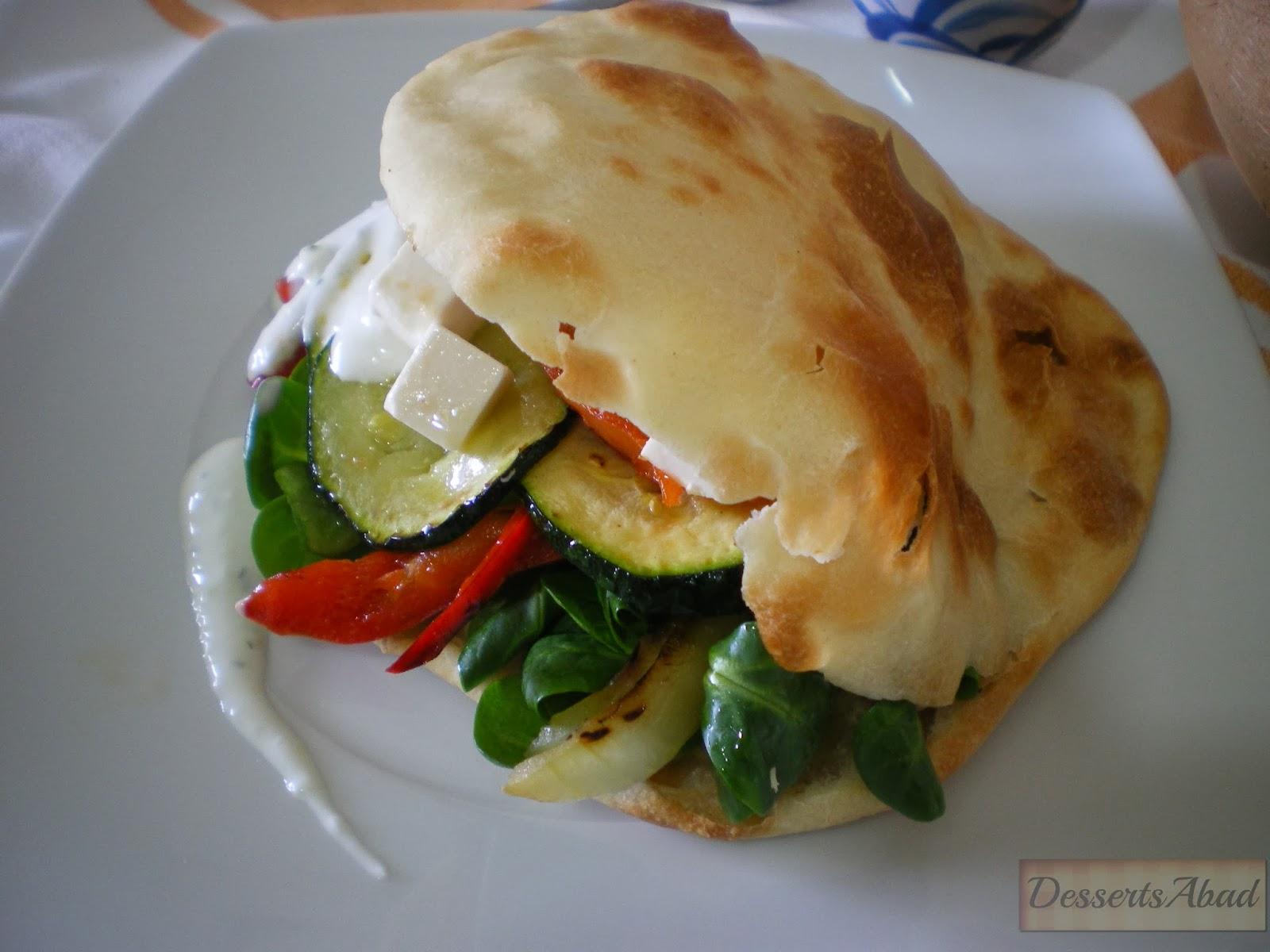 Pita de verduras asadas, queso feta y salsa tzatziki