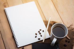 tazza di caffè con matita e quaderno