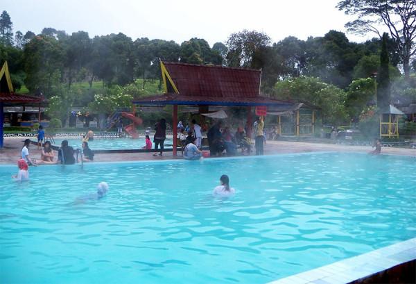 Air panas yang jernih, bersih, tanpa bau belerang di Kolam Air Panas Ciwalini