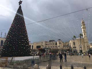 Manger Square con el árbol de Navidad y la Mezquita de Omar al fondo