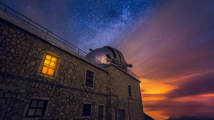Wallpaper: Observatory and Milky Way