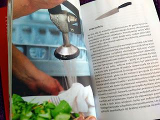 Migawki z restauracyjnej kuchni przeplatają się z tekstem