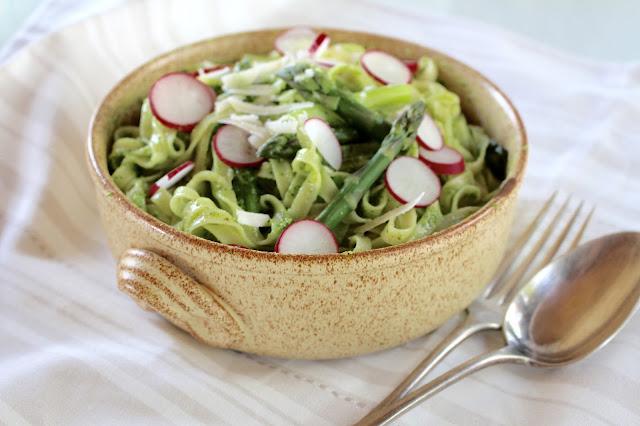 Tagliatelle mit grünem Spargel und Feldsalat-Rucola-Pesto