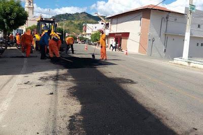 Itapajé: Recuperação da malha asfáltica da cidade teve início nesta sexta; trabalhos seguem até domingo