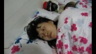 คลิปโป๊ทางบ้าน พ่อแม่แอบกินตับกันใต้ผ้าห่ม โดยที่ลูกนอนหลับอยู่ข้างๆ