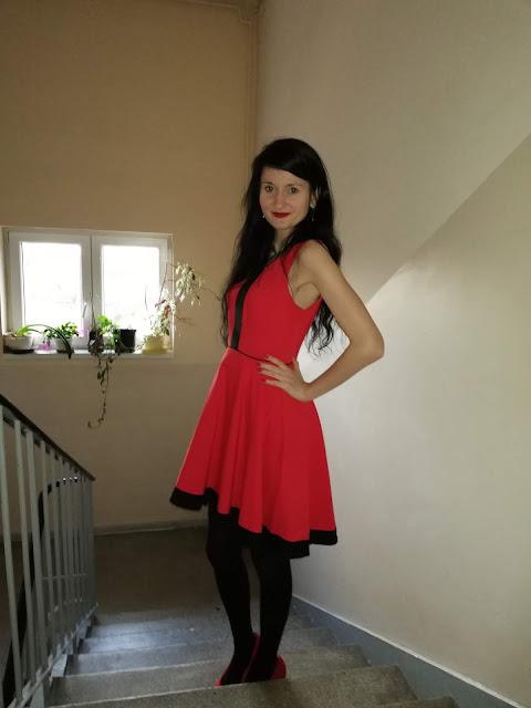 czerwona sukienka asymetryczna