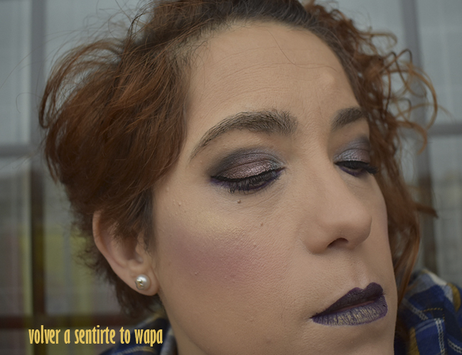 Maquillaje con labios en borgoña y dorado