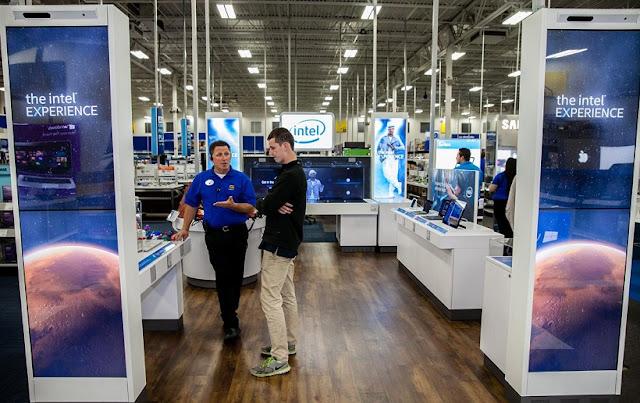 Compras de eletrônicos na Best Buy em San Diego