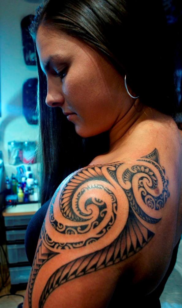 Imagen de Modelo con tatuaje maori o tatuaje polinesio;