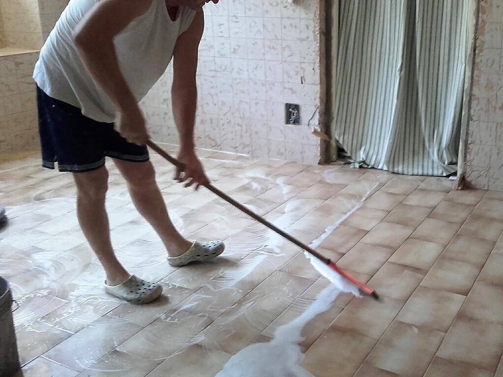 La pulizia sgrassante e a fondo preliminare alla posa in