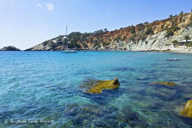 Aguas azules y verdes en Cala d'Hort Ibiza, por El Guisante Verde Project