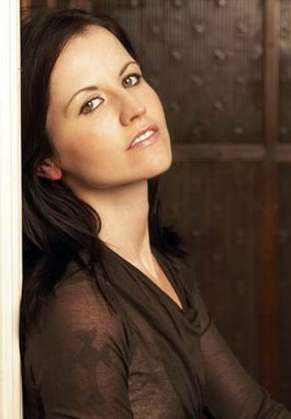 Foto de Dolores O'Riordan con cabello largo
