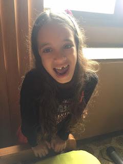 Sophia mostrando que le falta un diente