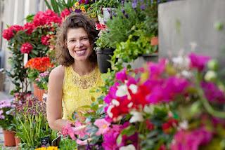 Eu no meio a flores da Floricultura Pequeno Jardim