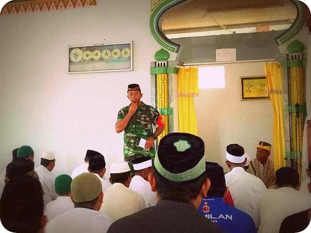 Babinsa Gelar Komunikasi Sosial dengan Jamaah Masjid Fathil Fallah Toloko