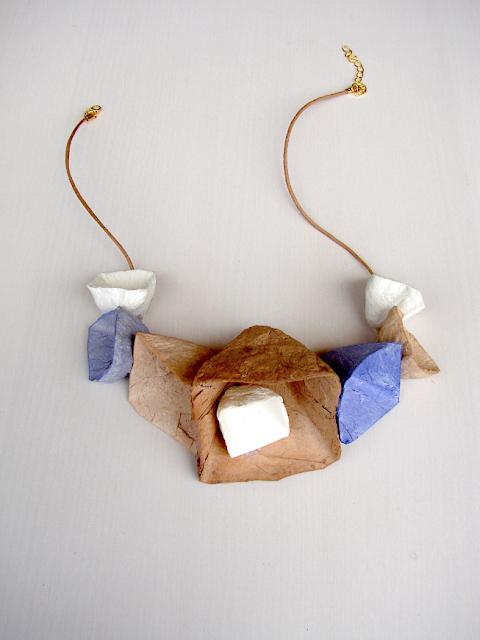 collana di carta a forma geometrica. Gioielli modulari di Alessandra Fabre Repetto