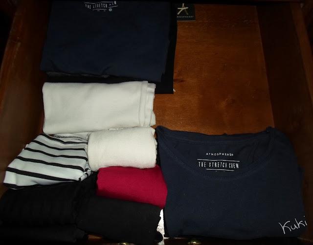 organização de camisolas básicas, guarda-roupa