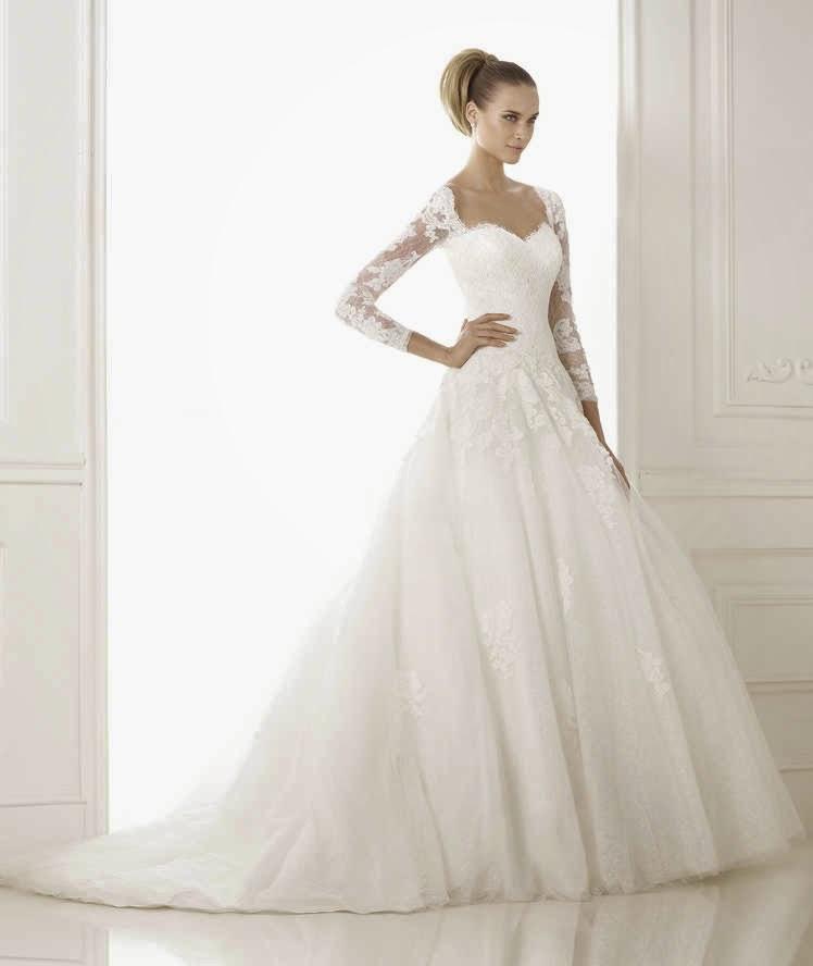 e8e0793fa Consta de un cuerpo con manga larga de tul, encaje y escote corazón. Además  tiene una cola larga, propia de un vestido de novia estilo princesa.