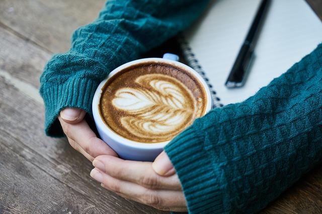 ảnh cô gái bên ly cà phê