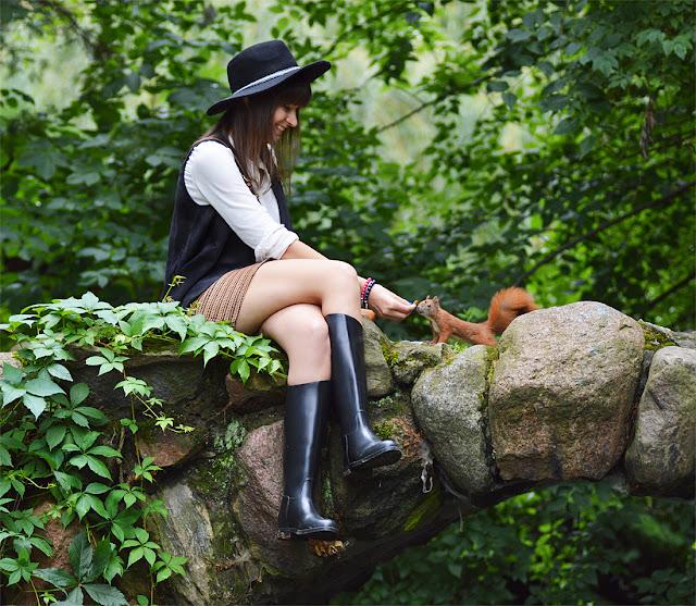 piękna sesja zdjęciowa w parku saskim w towarzystwie wiewiórek