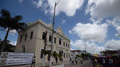 Prefeito em exercício de Goiana, na Mata Norte, ocupa prédio histórico