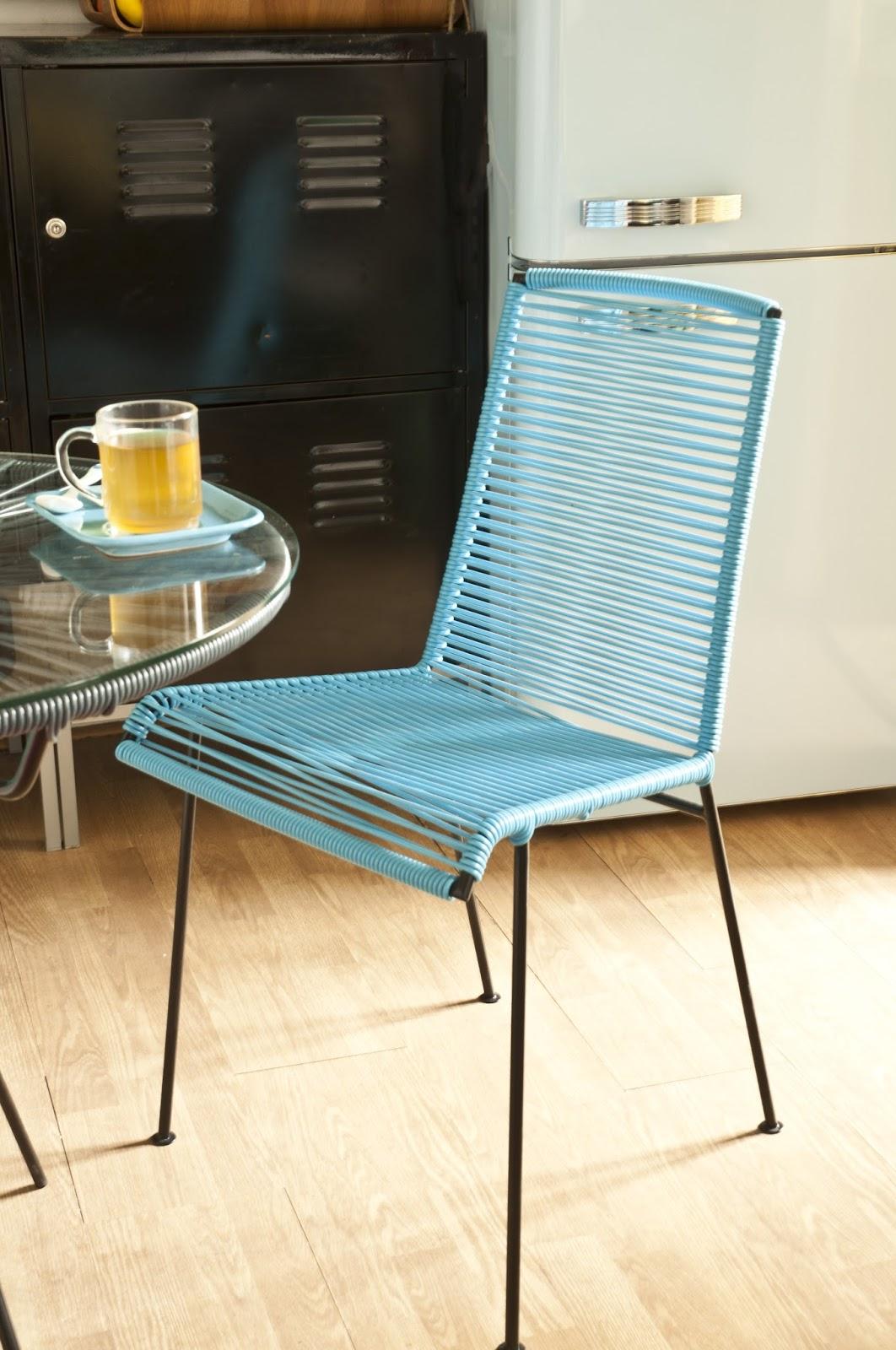 cette premire chaise reste assez classique on peut observer une chaise dans une forme assez basique et simple mais avec la particularit du tressage - Des Chaises