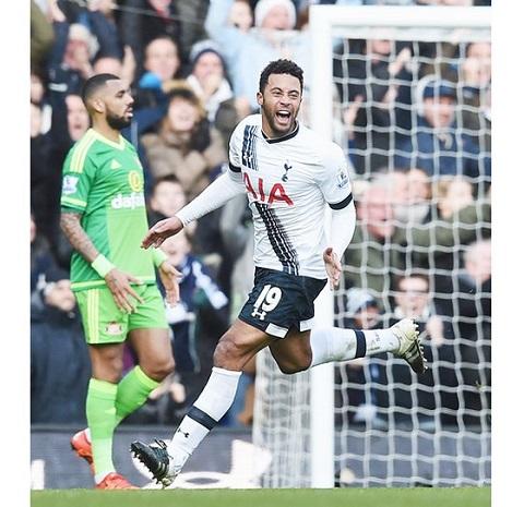 Mousa Dembele ăn mừng bàn thắng