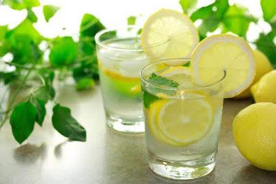 Beneficios del agua con limón en ayunas: tu cuerpo lo pide a gritos