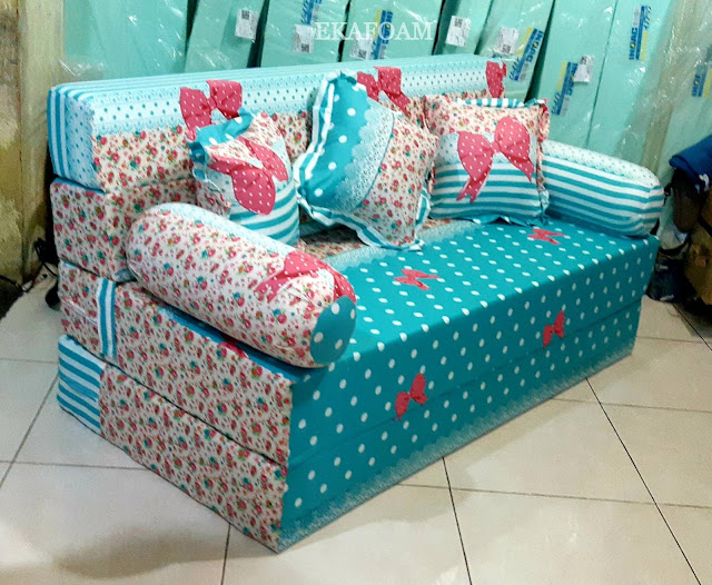 Sofa bed inoac motif kalista saat difungsikan sebagai sofa