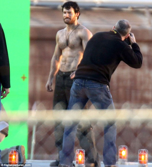 So That S Why You Re The Man Of Steel Henry Cavill Displays His Impressively Muscular Physique On Superman Set Celebrity News Update
