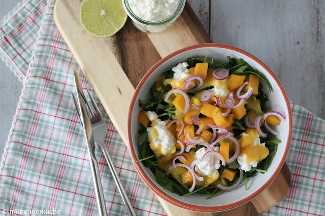 Sommerlicher Salat mit Ruccola, Mango und Frischkäse.