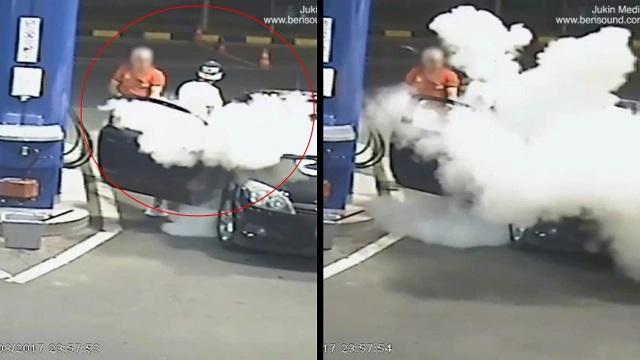 شاب يرفض إطفاء السيجارة فى محطة البنزين فأطفأها العامل بطريقته (فيديو)