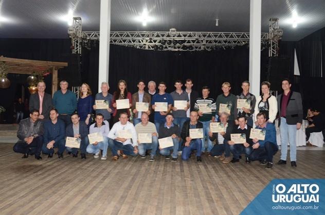 Todos os 15 produtores concorrentes receberam certificados e posaram para a foto oficial junto às autoridades (Fotos: Adriano Dal Chiavon/AU)
