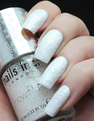 Model-nail-gel-manicure-white-in-effect-snow-ideal-for-winter