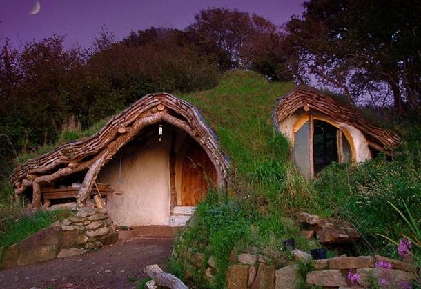 Маленький садовый домик-землянка