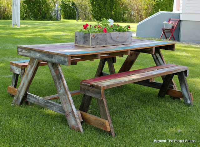pallet furniture, picnic table, salvaged wood, build it, paint, summer, outdoor ideas, http://bec4-beyondthepicketfence.blogspot.com/2016/06/pallet-picnic-table.html
