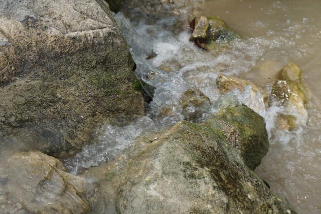 מים זורמים על סלע