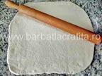 Mini pizza preparare reteta blat - aluatul intins foaie cu sucitorul