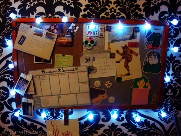 Panel de corcho con luces navideñas
