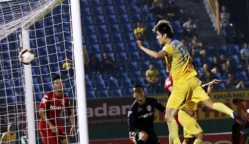 Đinh Tiến Thành cũng từng ghi bàn bằng đầu trong trận hòa 2-2 trước Becamex Bình Dương.