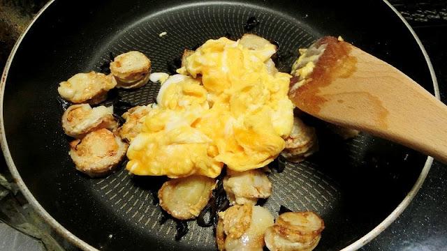 ベビーホタテが焼けたら黒きくらげと卵を加えて炒める