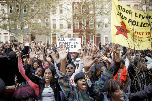 Crise em Baltimore manifestantes atacam a polícia!