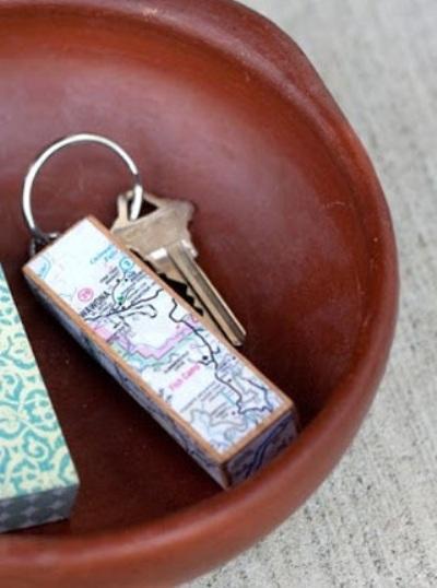Gantungan kunci Jenga ini terbuat dari jenga block yang dilapisi kertas peta atau atlas.