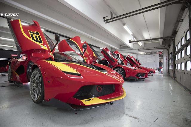 Rote Ferrari FXX-K Rennboliden in der Halle