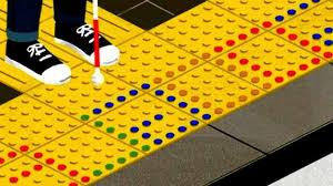 bloques Tenji de color amarillo advirtiendo de un peligro
