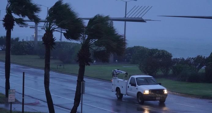 El huracán Harvey, de categoría 4, toca tierra en la costa de Texas