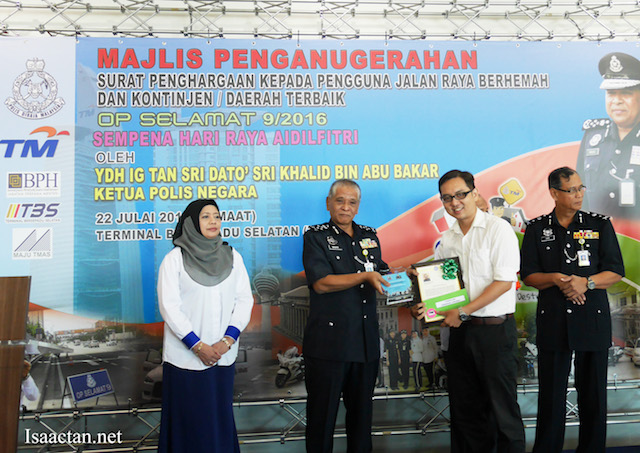 Receiving the award from YDH DIG Tan Sri Dato' Sri Noor Rashid bin Ibrahim, Timbalan Ketua Polis Negara
